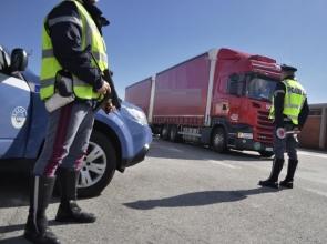 Polstrada-Polizia-stradale-ferma-camion-tir